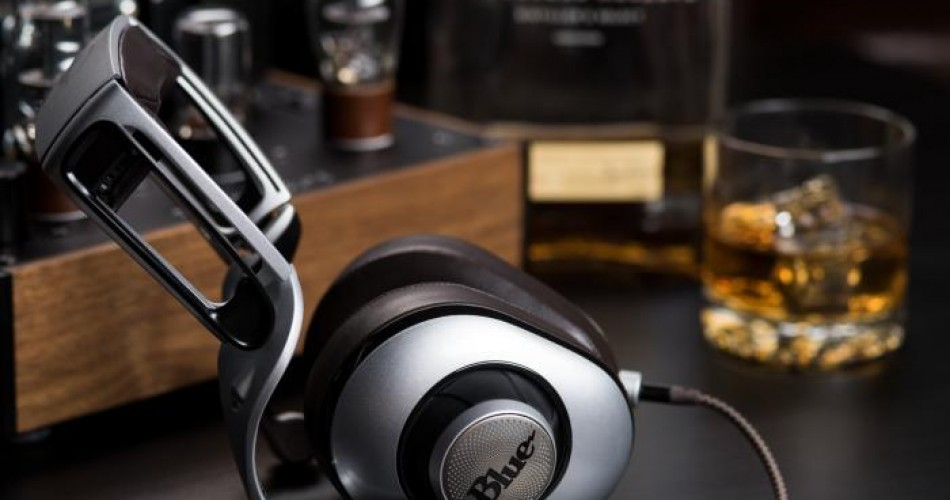 Headphones with built-in amplifiers